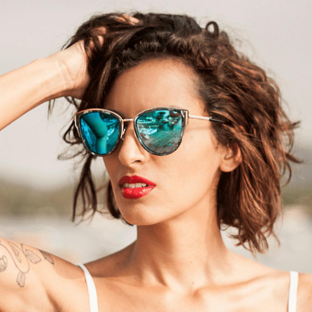 2563c73dfe513 Óculos de Sol Feminino Lente Azul Detalhe Lateral - Fashion Biju
